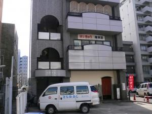 角から2軒目のビルの2階です。